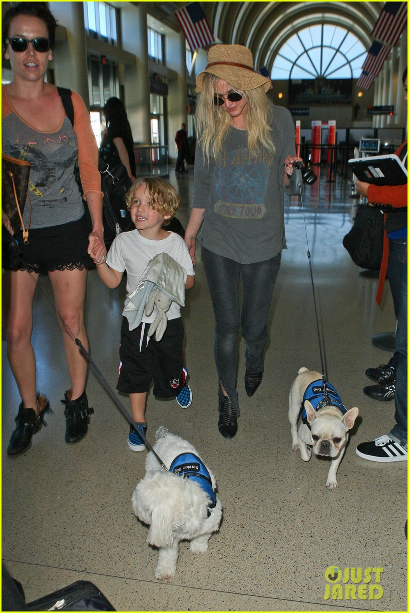 ashlee simpson bronx pups fly out of lax airport 01