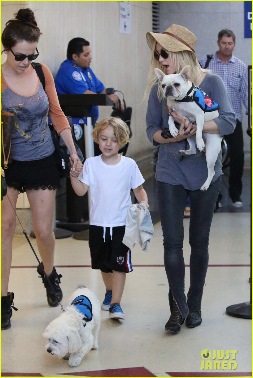 ashlee simpson bronx pups fly out of lax airport 03