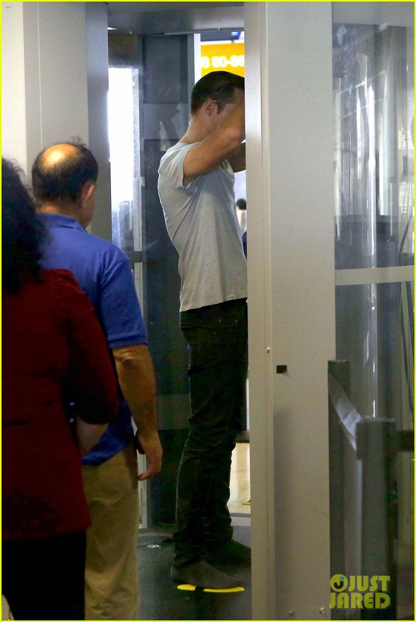 alexander skarsgard flaunts buff biceps at lax security line 022887130