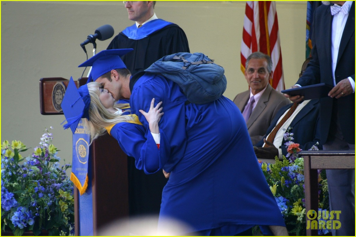 emma stone andrew garfield kiss at spider man graduation 022882249