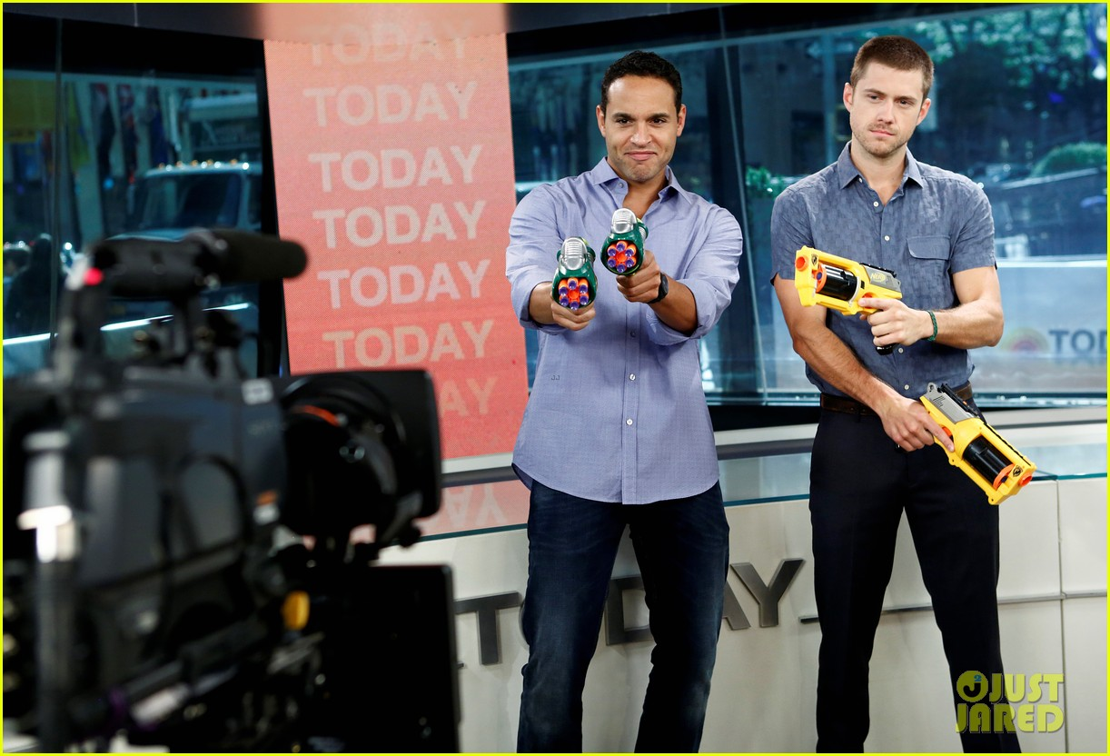 aaron tveit daniel sunjata nerf gun war on today show 012885286
