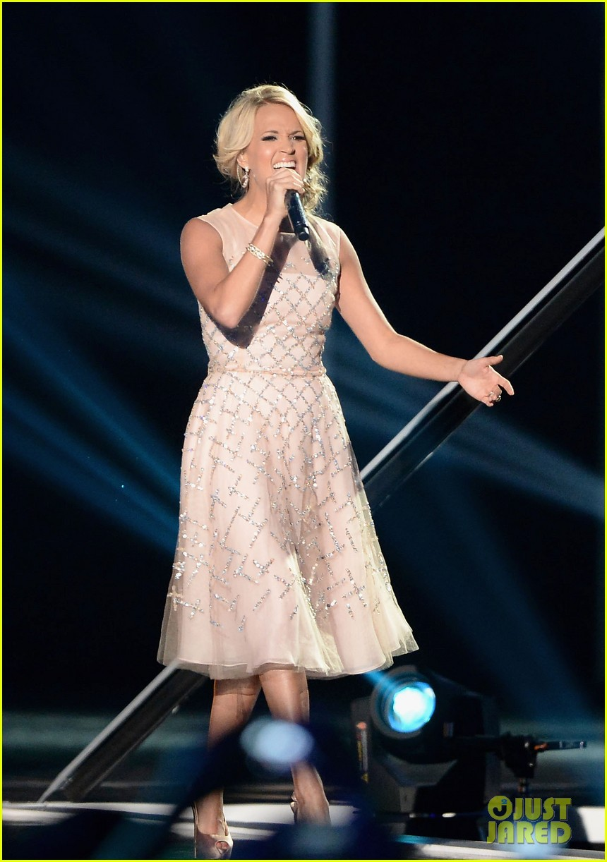 carrie underwood cmt music awards performance 2013 032885346