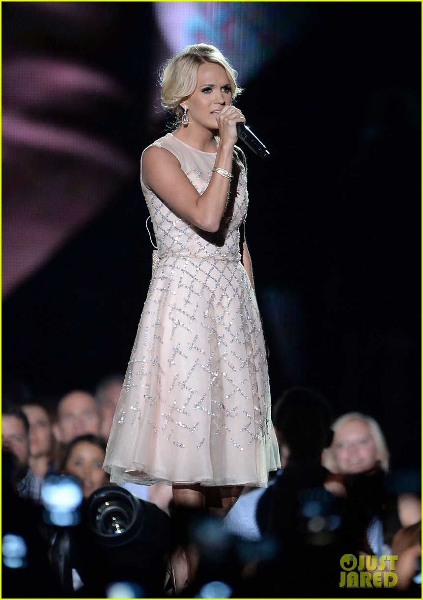 carrie underwood cmt music awards performance 2013 212885364