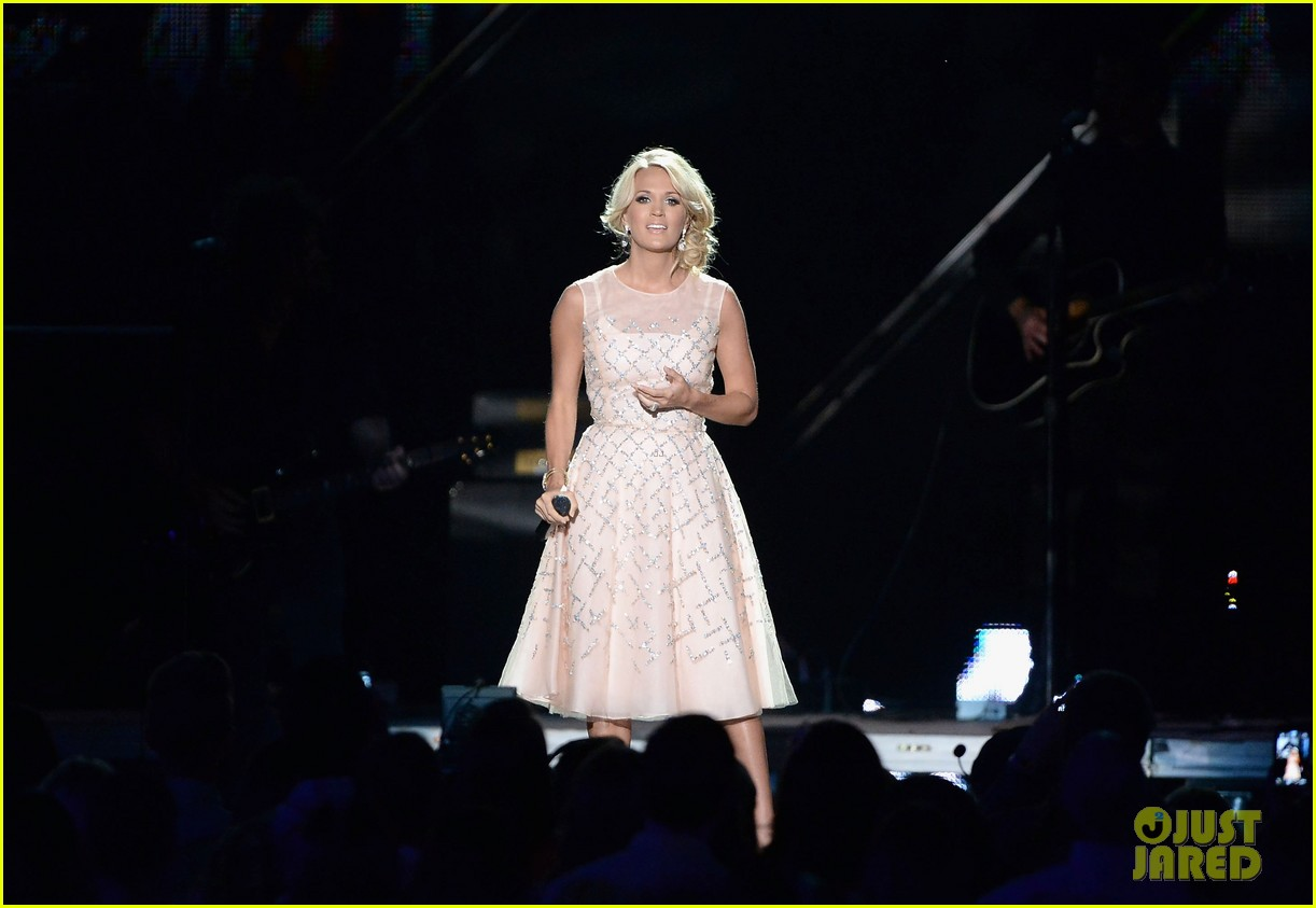 carrie underwood cmt music awards performance 2013 232885366