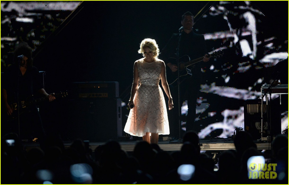 carrie underwood cmt music awards performance 2013 282885371