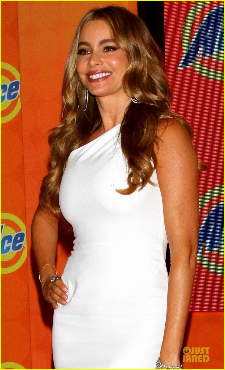 sofia vergara ace detergent press conference 04