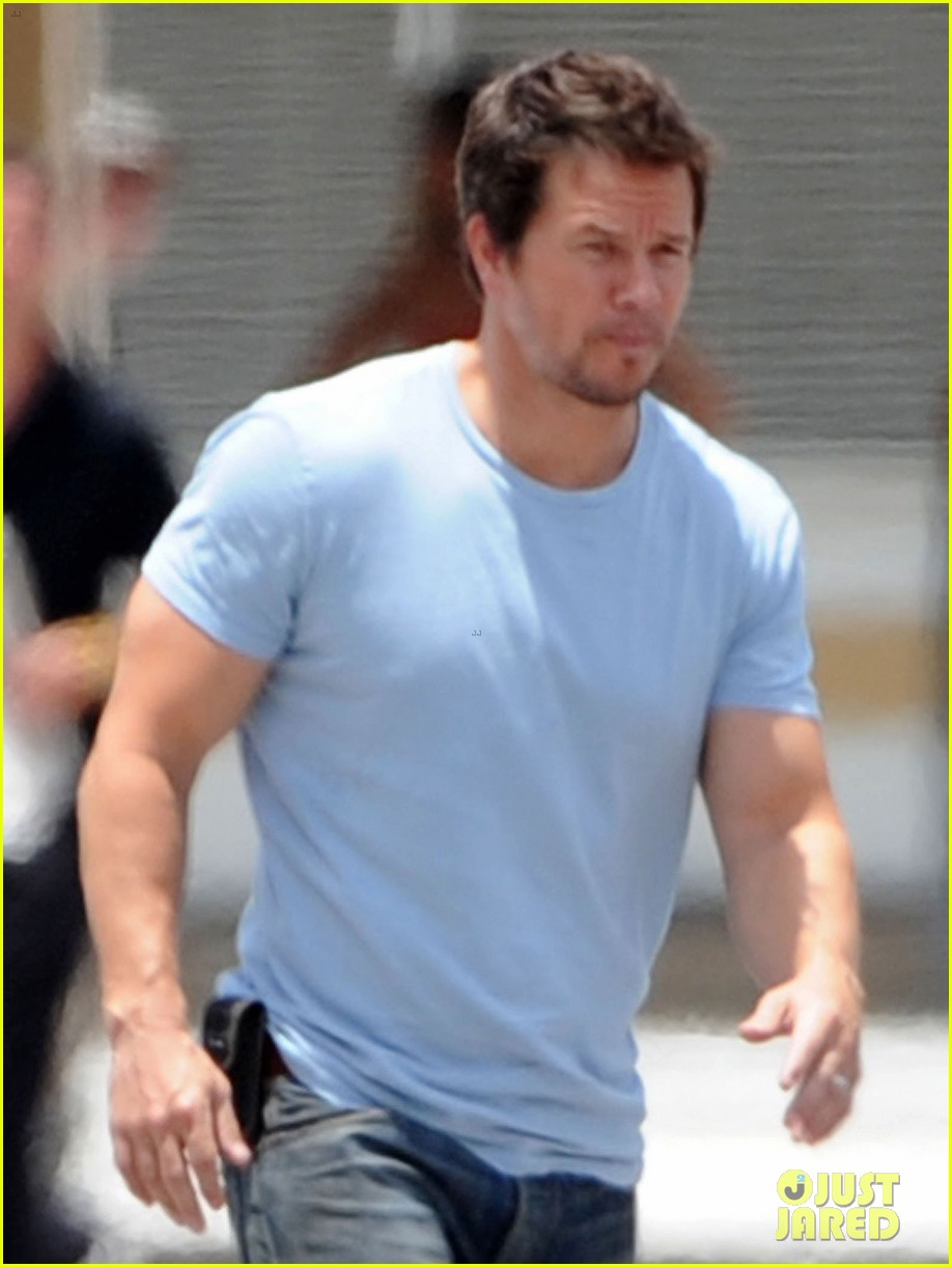 mark wahlberg films transformers 4 after escaping fire 05