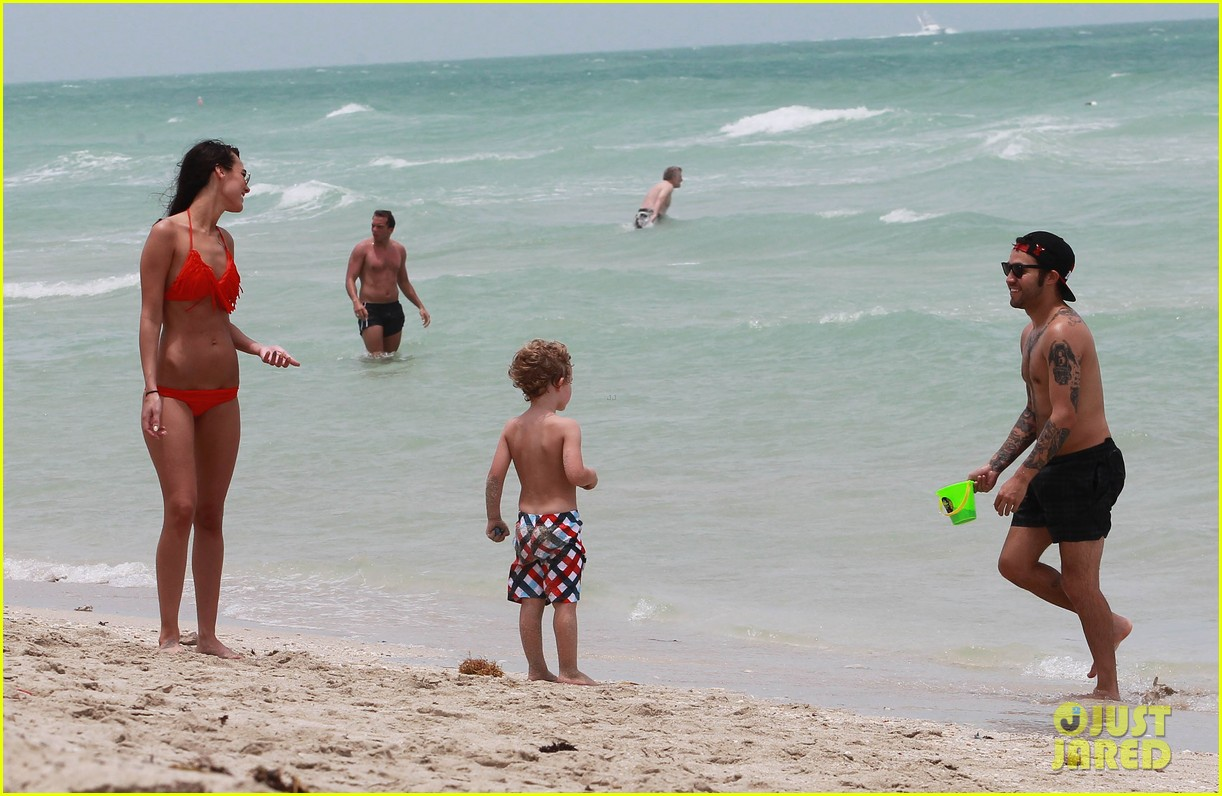pete wentz shirtless beach day with bronx meagan camper 10