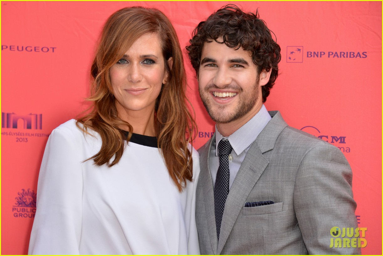 kristen wiig girl most likely paris premiere with darren criss 01
