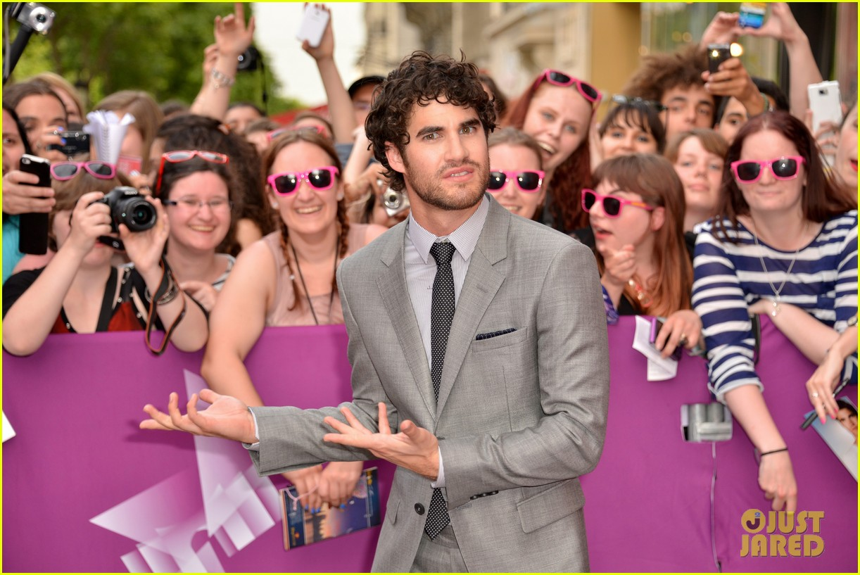kristen wiig girl most likely paris premiere with darren criss 072894166