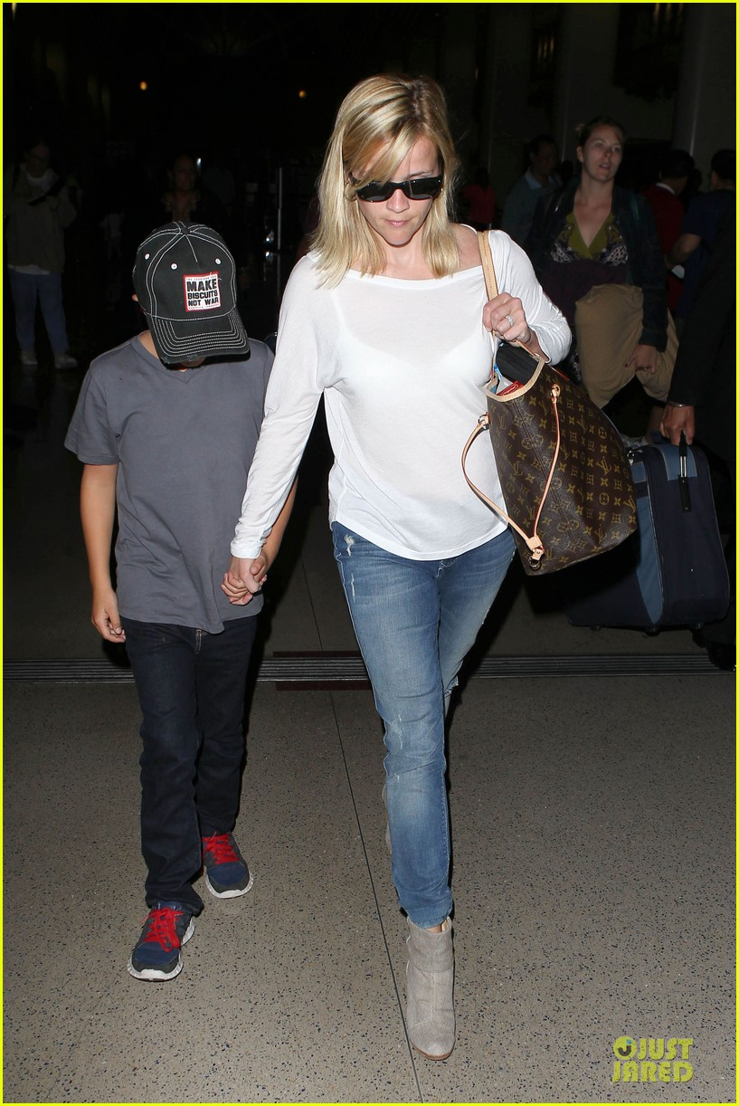 reese witherspoon deacon lax landing after fathers day  012893480