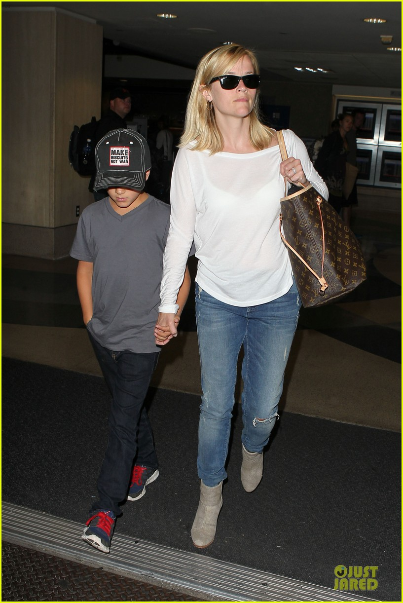 reese witherspoon deacon lax landing after fathers day  032893482