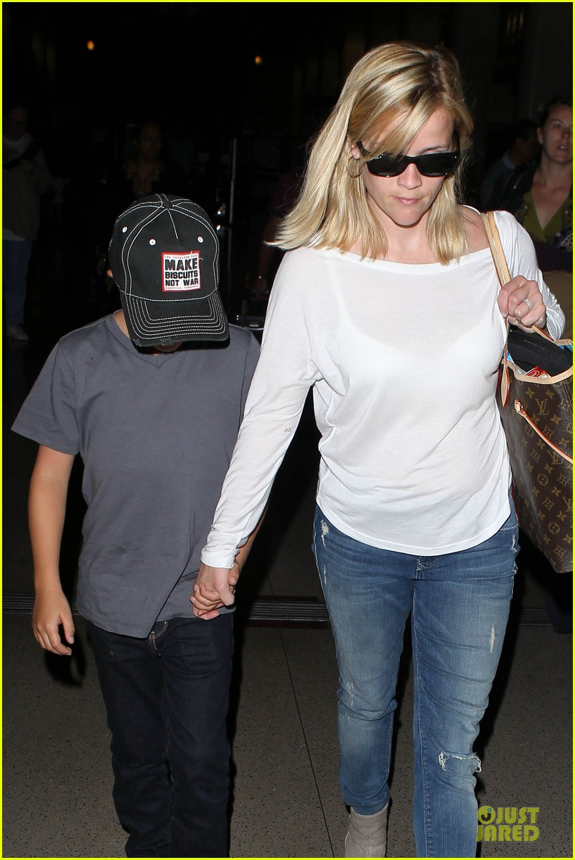 reese witherspoon deacon lax landing after fathers day  042893483