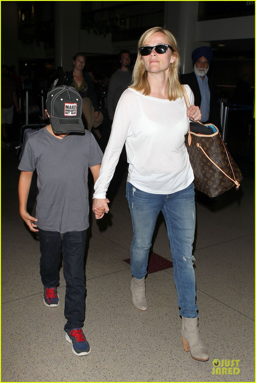 reese witherspoon deacon lax landing after fathers day  052893484