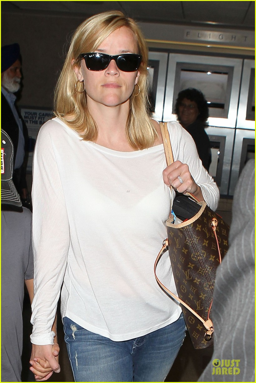 reese witherspoon deacon lax landing after fathers day  082893487