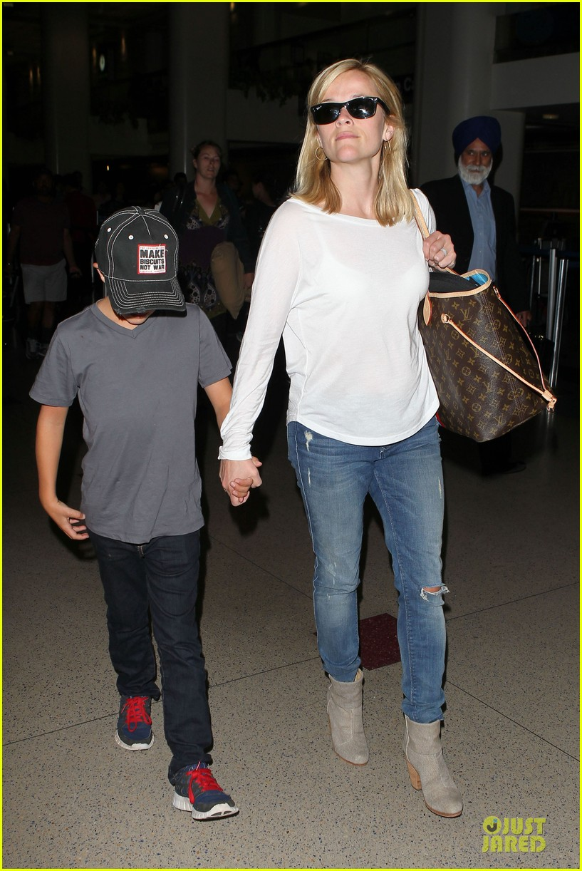 reese witherspoon deacon lax landing after fathers day  092893488