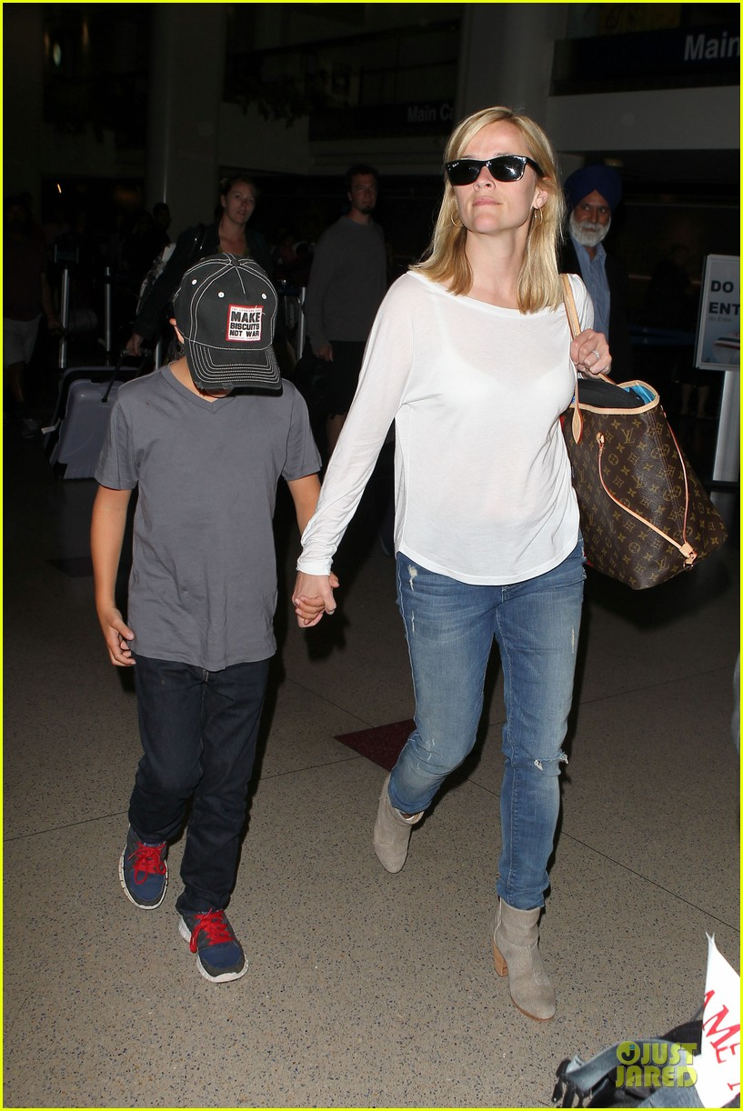 reese witherspoon deacon lax landing after fathers day  11