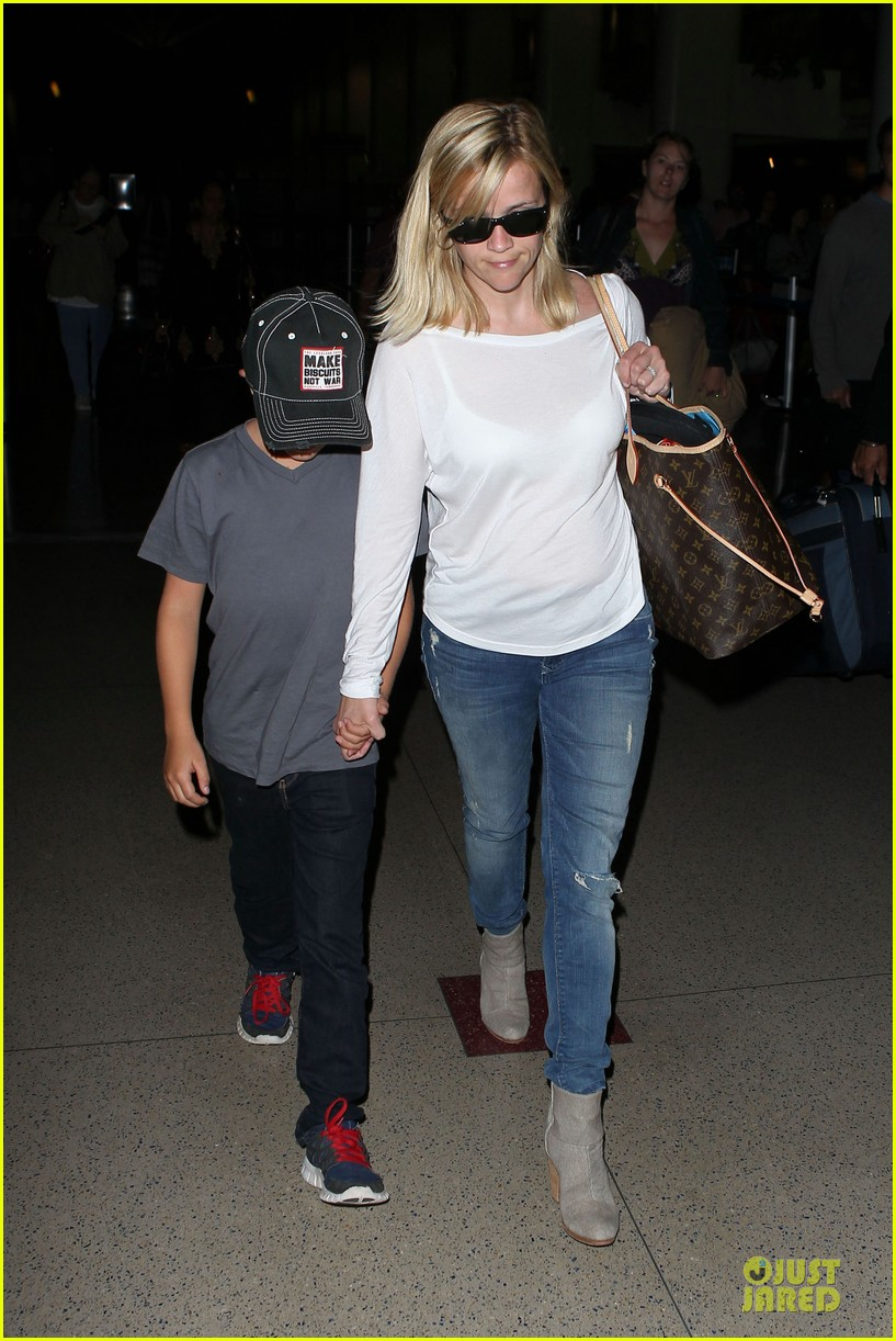 reese witherspoon deacon lax landing after fathers day  122893491