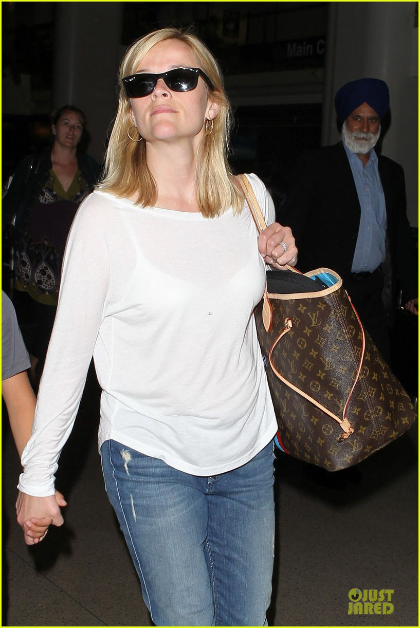 reese witherspoon deacon lax landing after fathers day  132893492