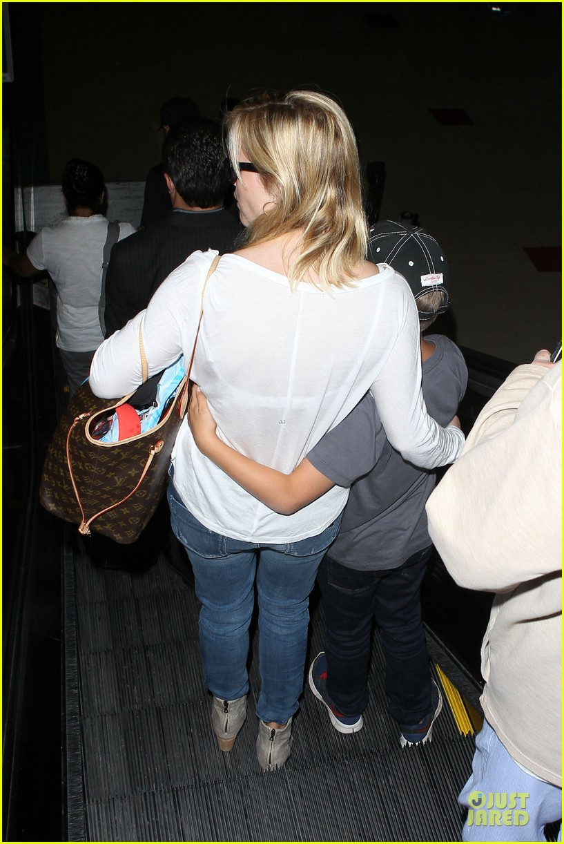 reese witherspoon deacon lax landing after fathers day  142893493
