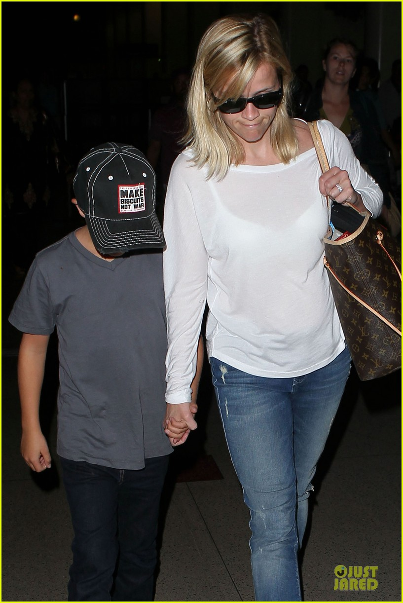 reese witherspoon deacon lax landing after fathers day  162893495