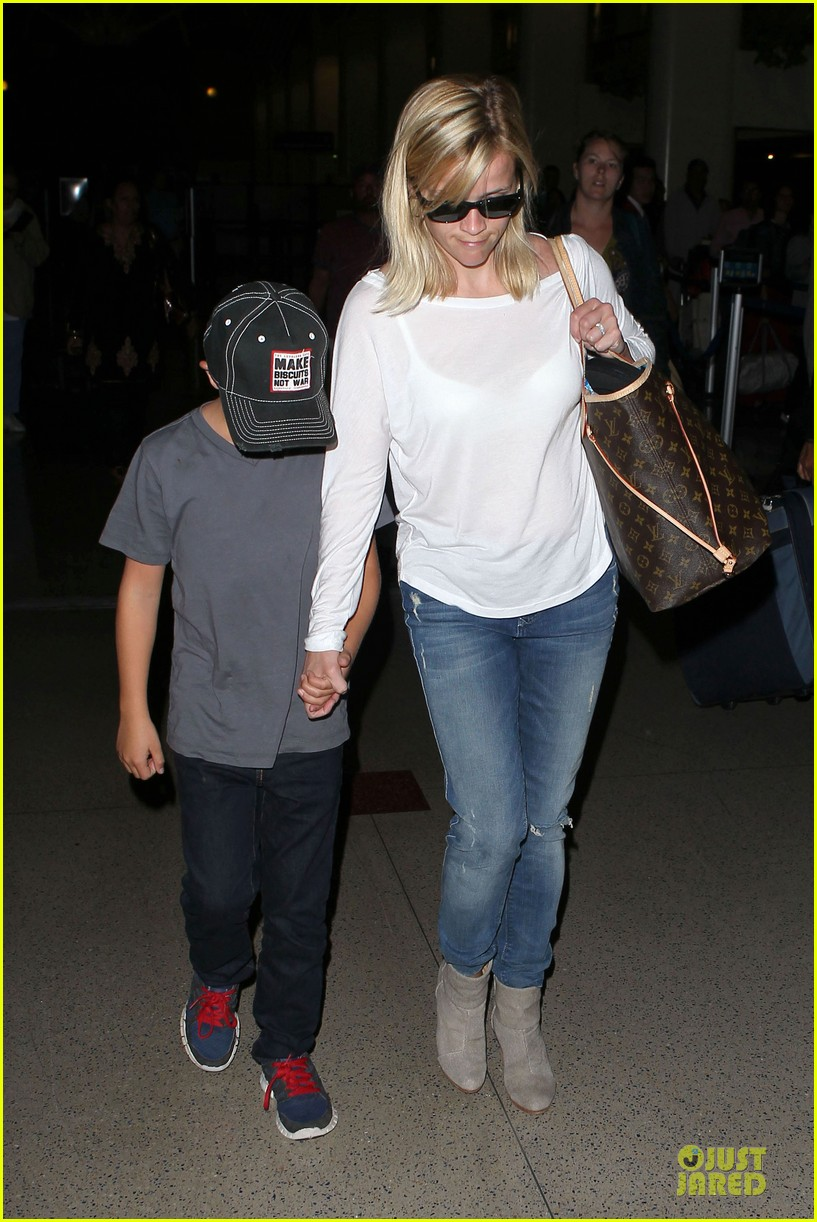reese witherspoon deacon lax landing after fathers day  172893496