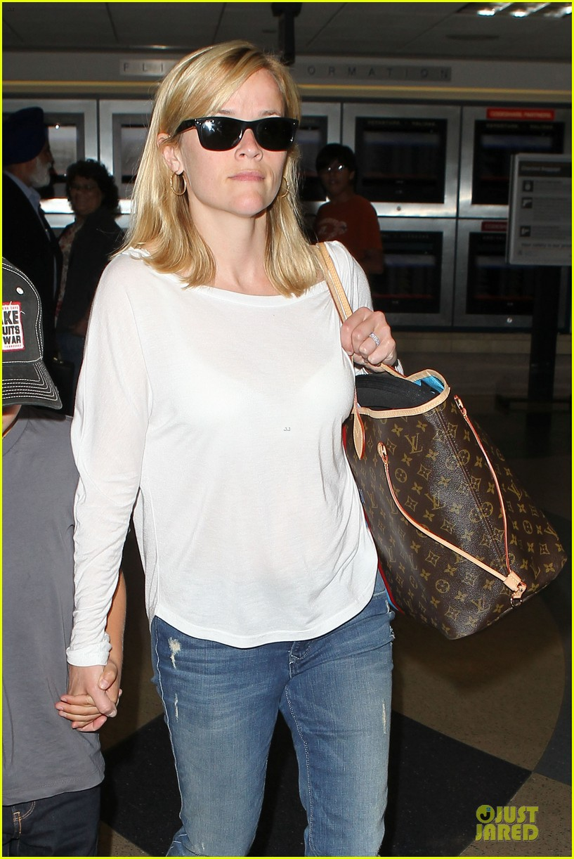 reese witherspoon deacon lax landing after fathers day  182893497