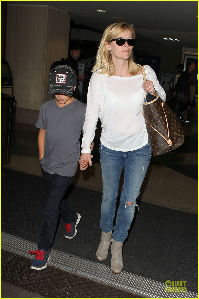 reese witherspoon deacon lax landing after fathers day  192893498