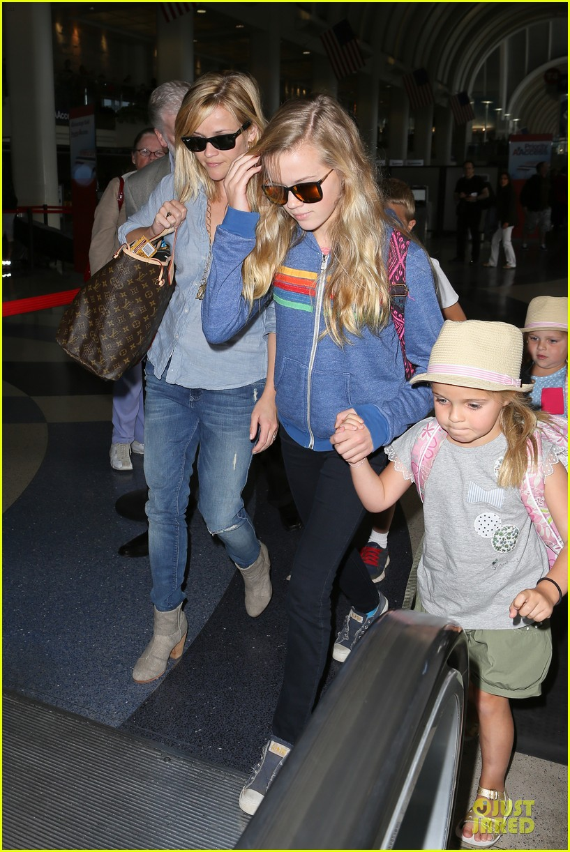 reese witherspoon lax departure for fathers day weekend 03