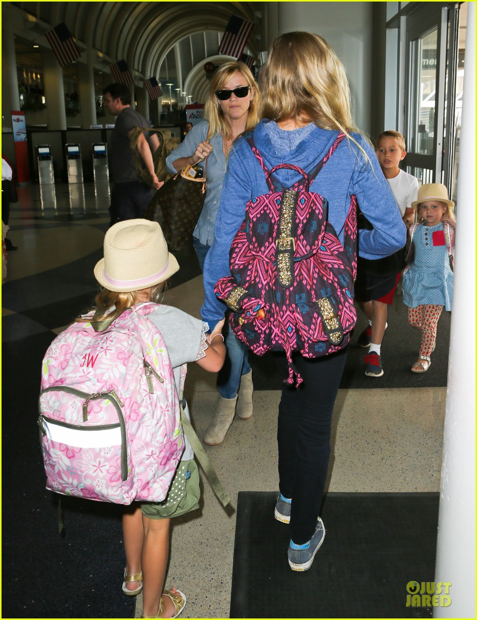 reese witherspoon lax departure for fathers day weekend 05