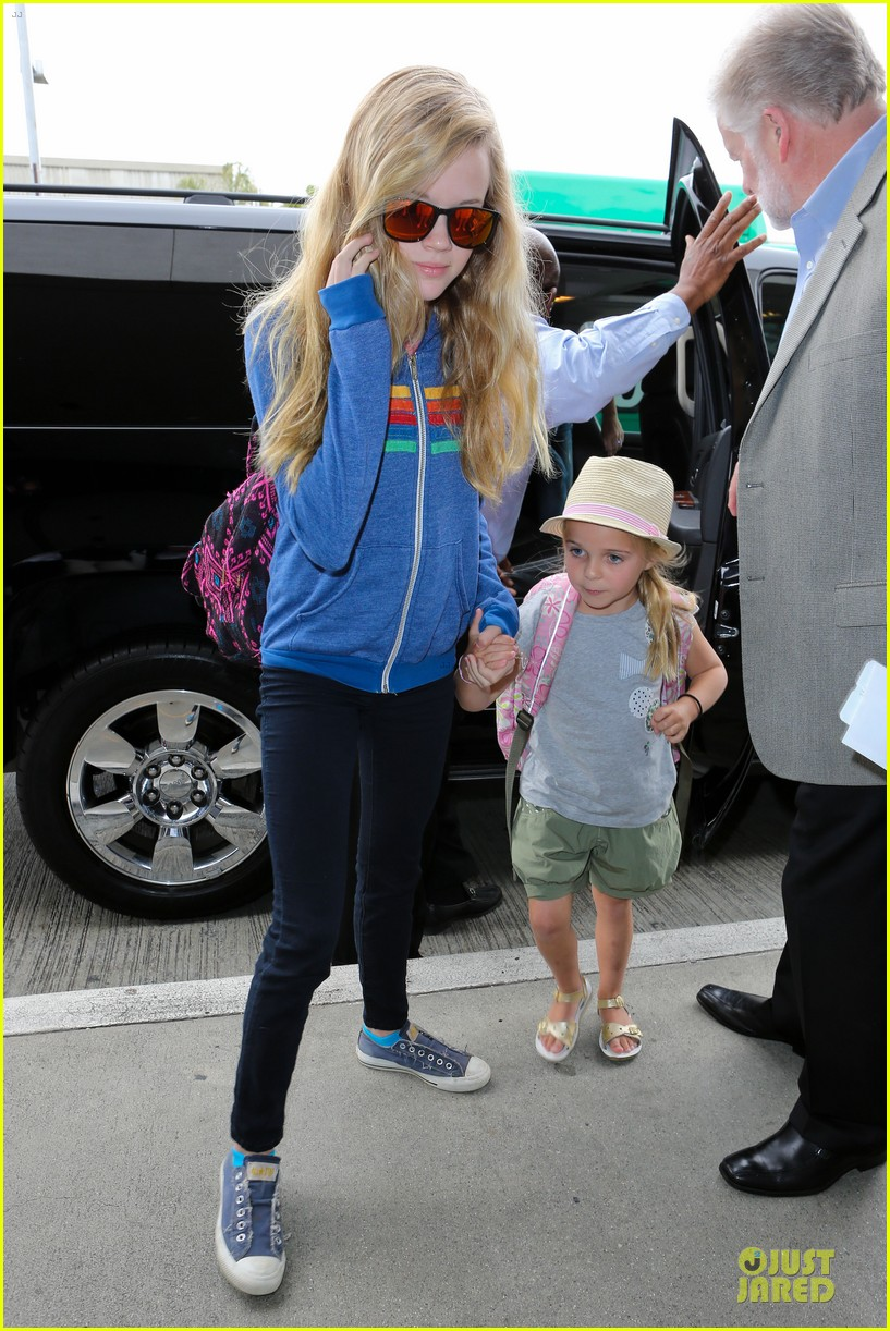 reese witherspoon lax departure for fathers day weekend 06