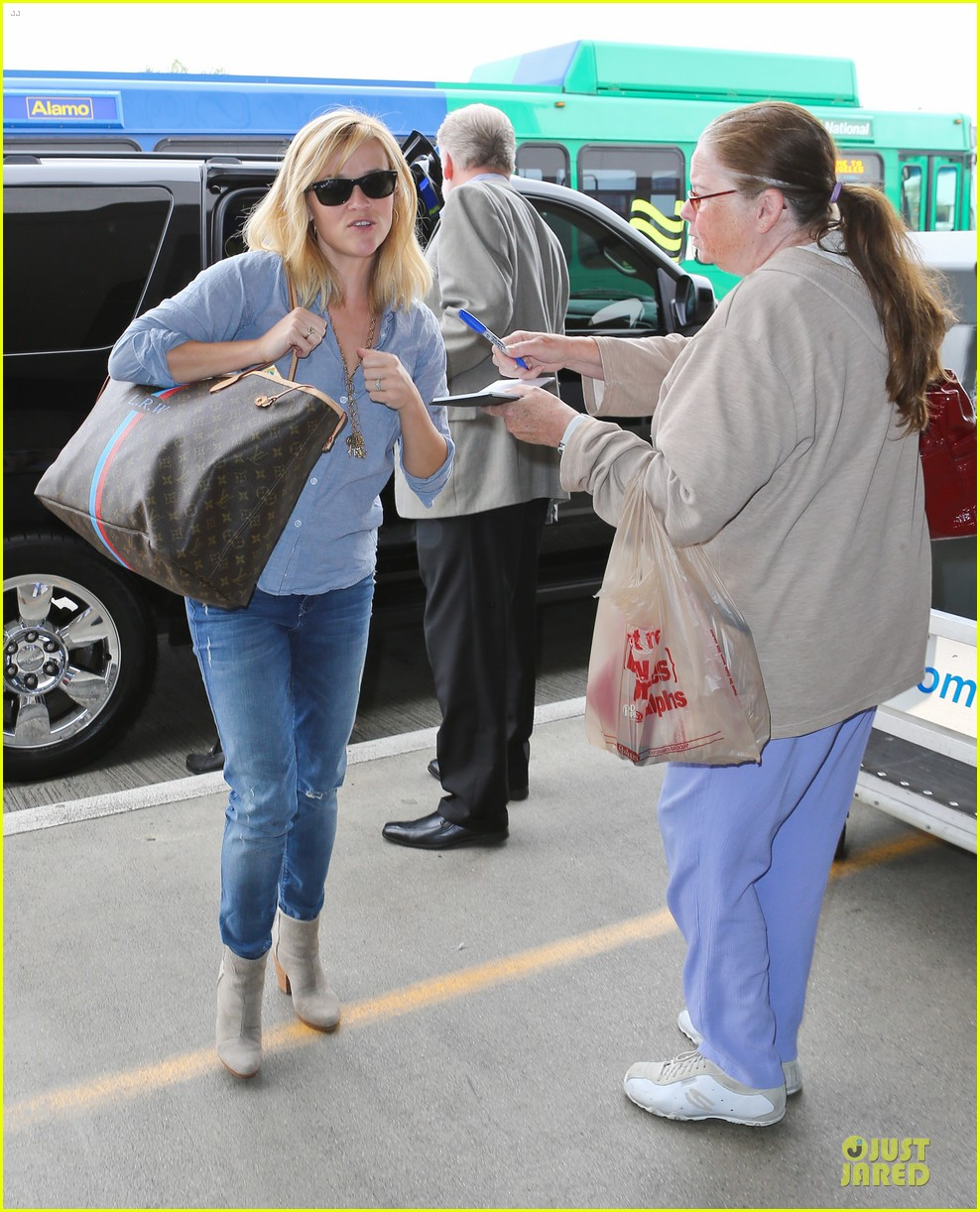 reese witherspoon lax departure for fathers day weekend 092891845