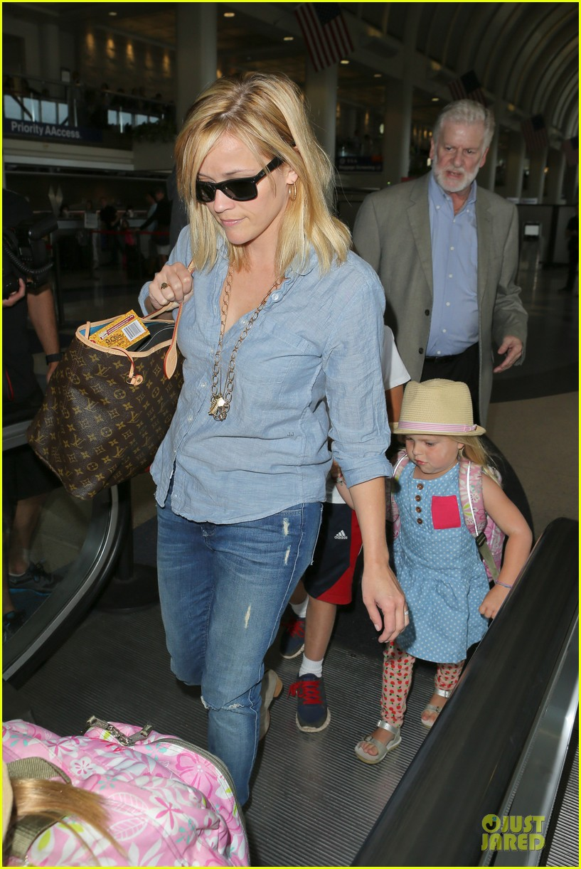 reese witherspoon lax departure for fathers day weekend 132891849