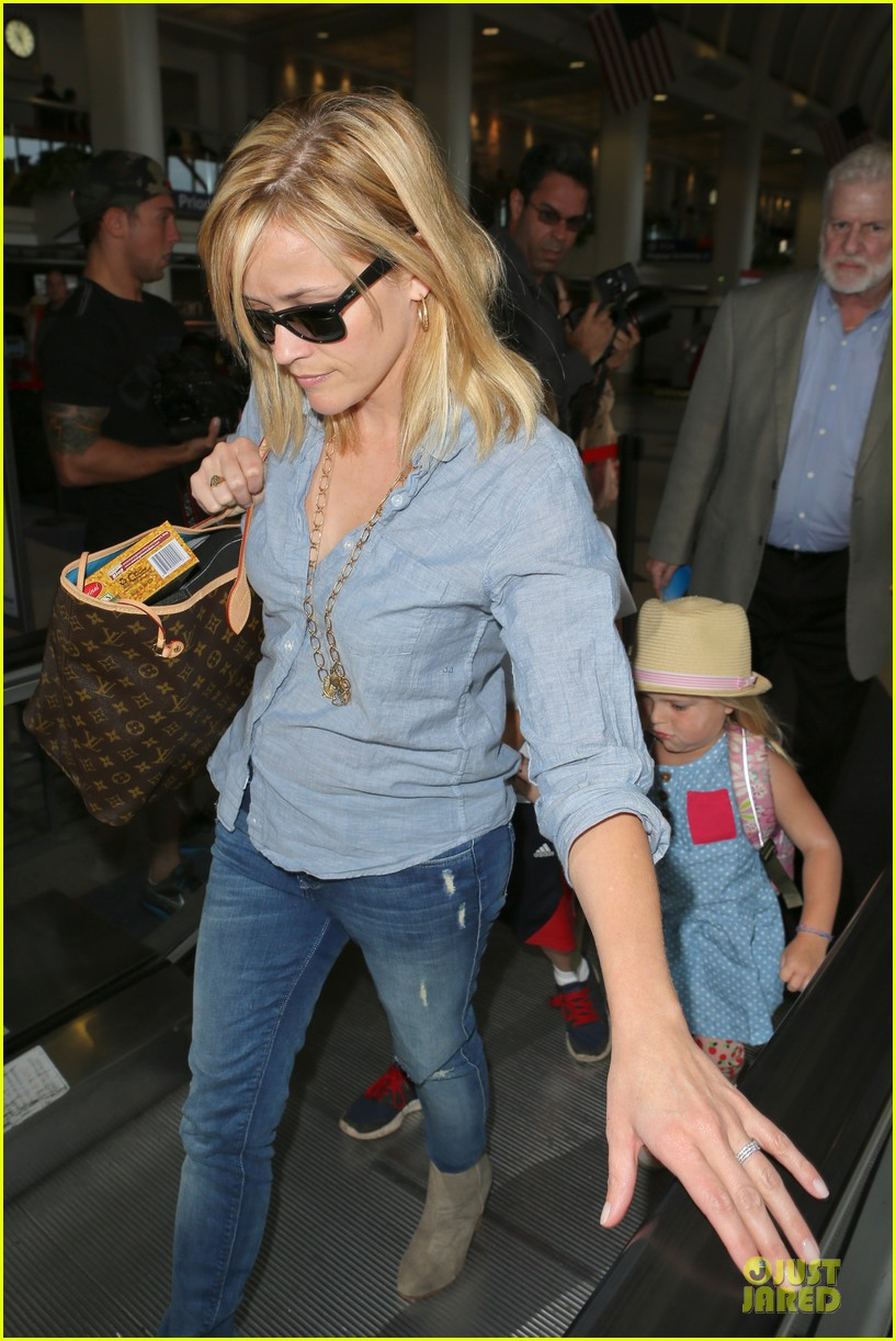 reese witherspoon lax departure for fathers day weekend 14