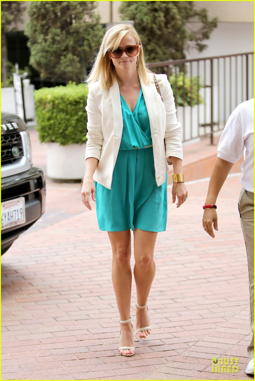 reese witherspoon retail therapy after morning workout 012889894