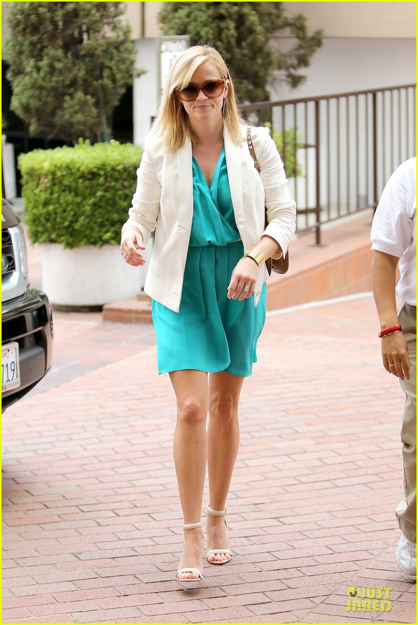 reese witherspoon retail therapy after morning workout 032889896