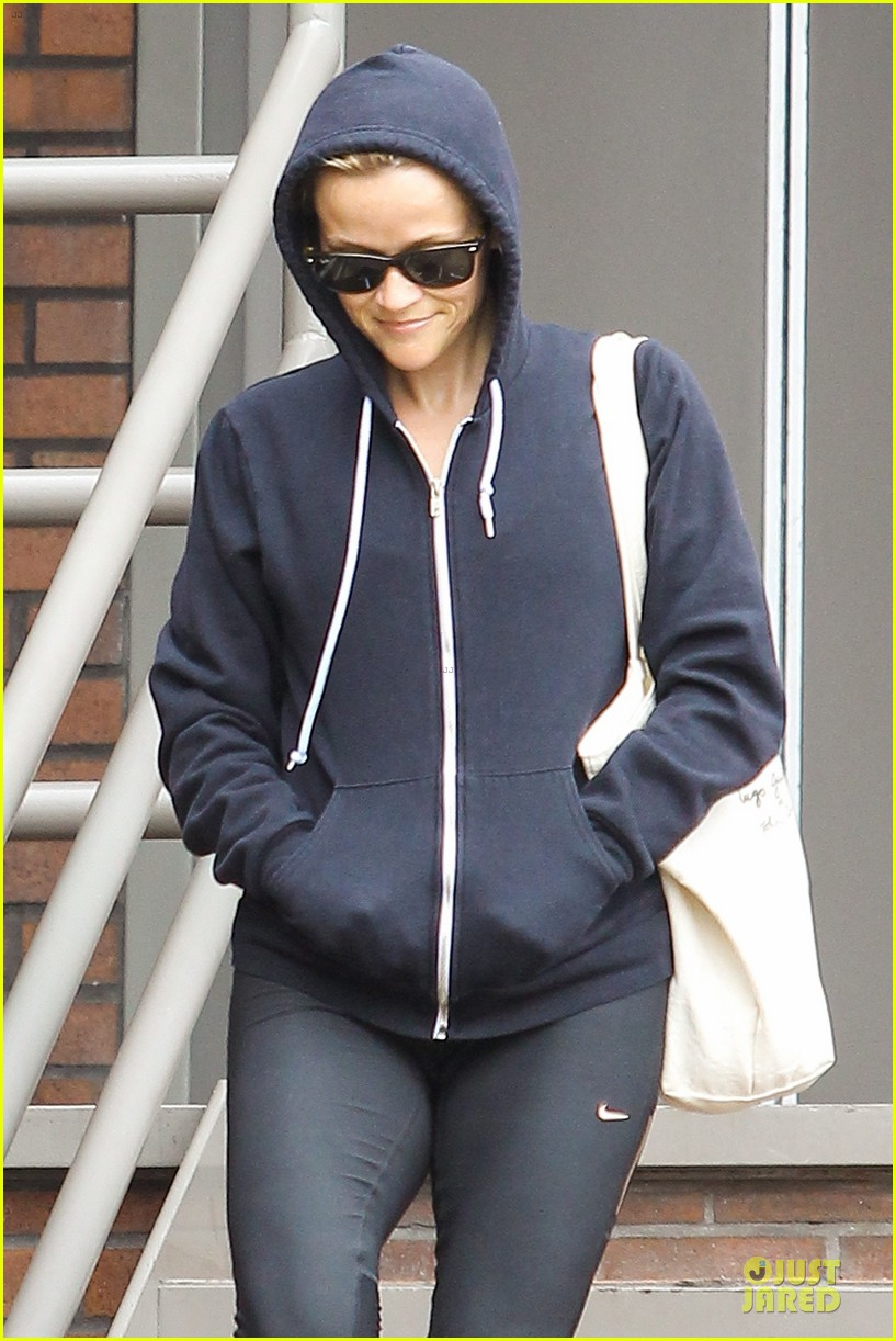 reese witherspoon retail therapy after morning workout 04