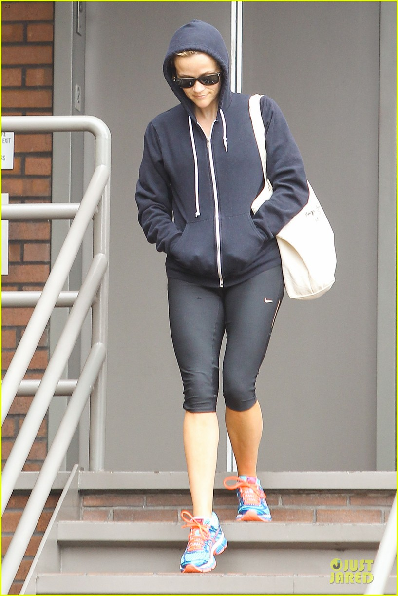 reese witherspoon retail therapy after morning workout 052889898