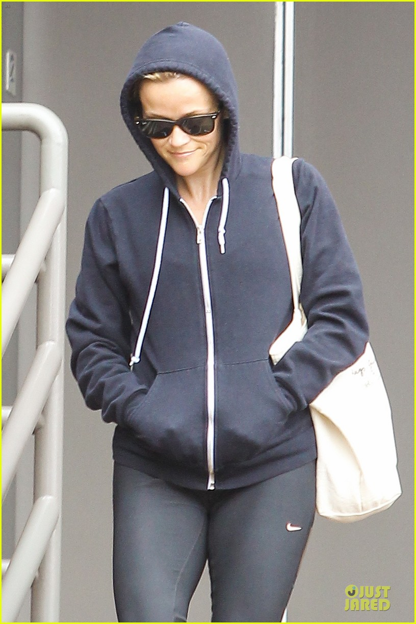 reese witherspoon retail therapy after morning workout 062889899
