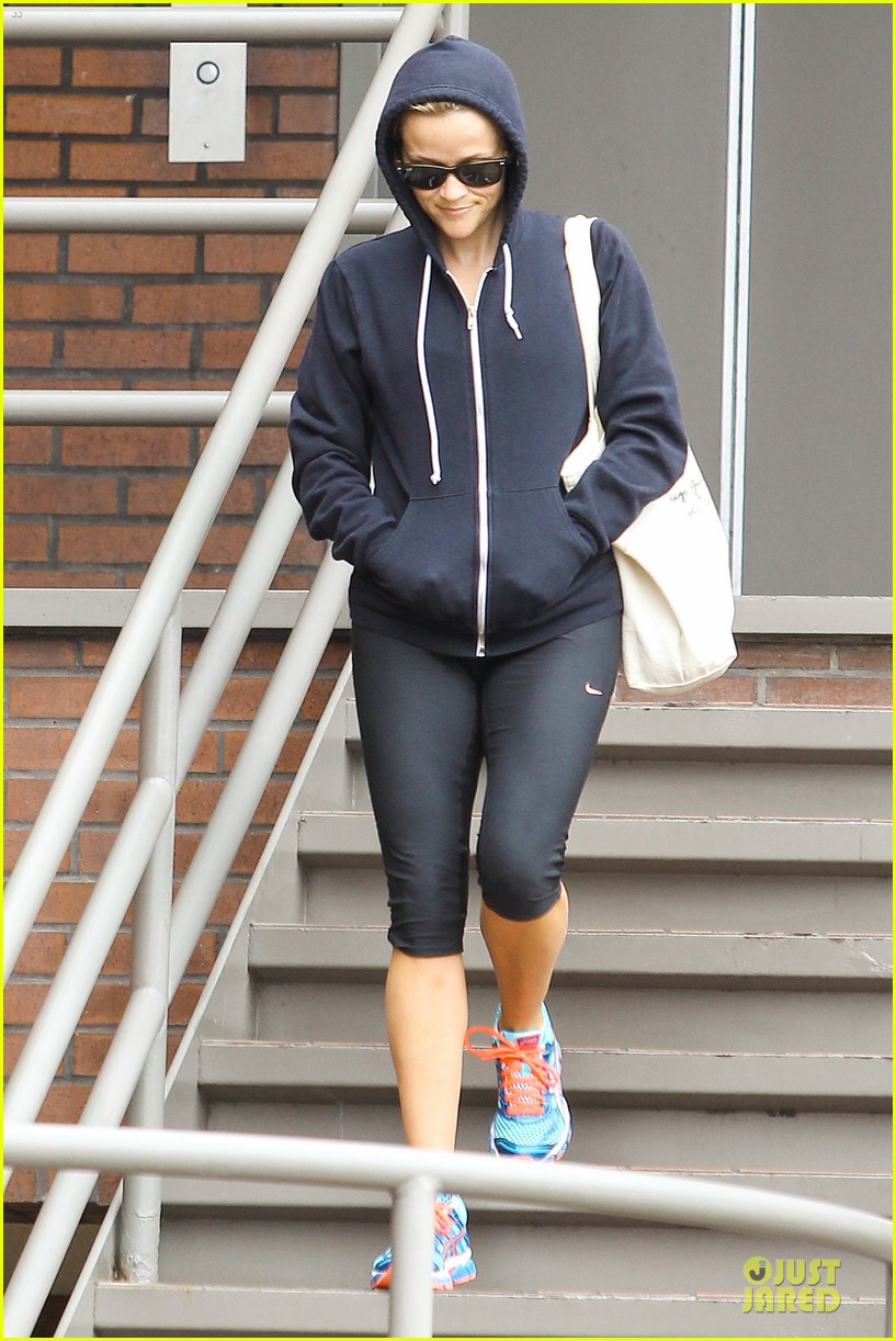 reese witherspoon retail therapy after morning workout 112889904