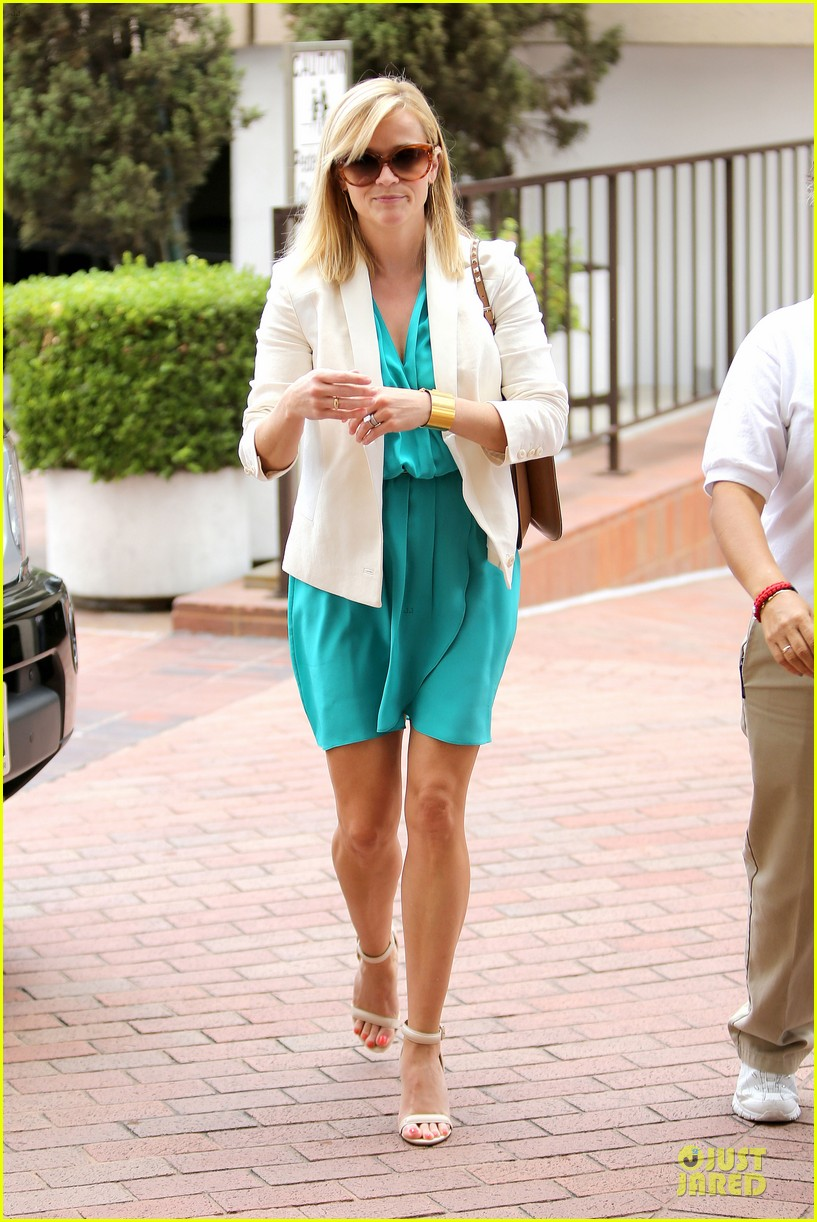 reese witherspoon retail therapy after morning workout 172889910