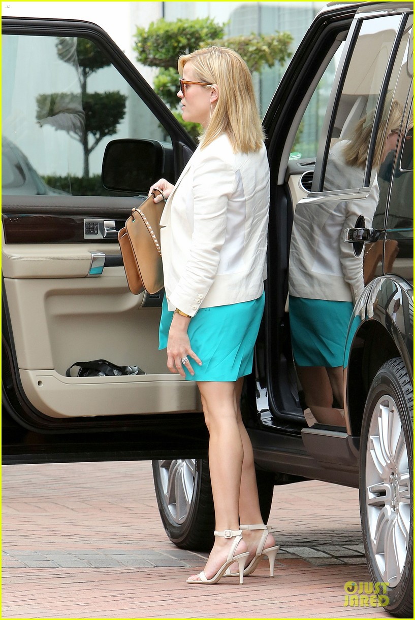 reese witherspoon retail therapy after morning workout 182889911