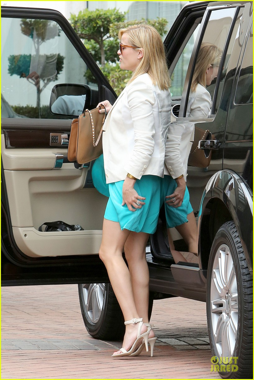 reese witherspoon retail therapy after morning workout 192889912