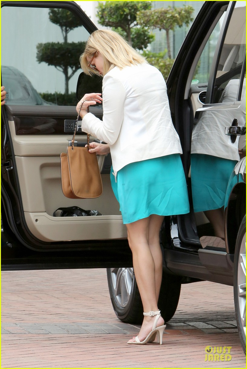 reese witherspoon retail therapy after morning workout 232889916