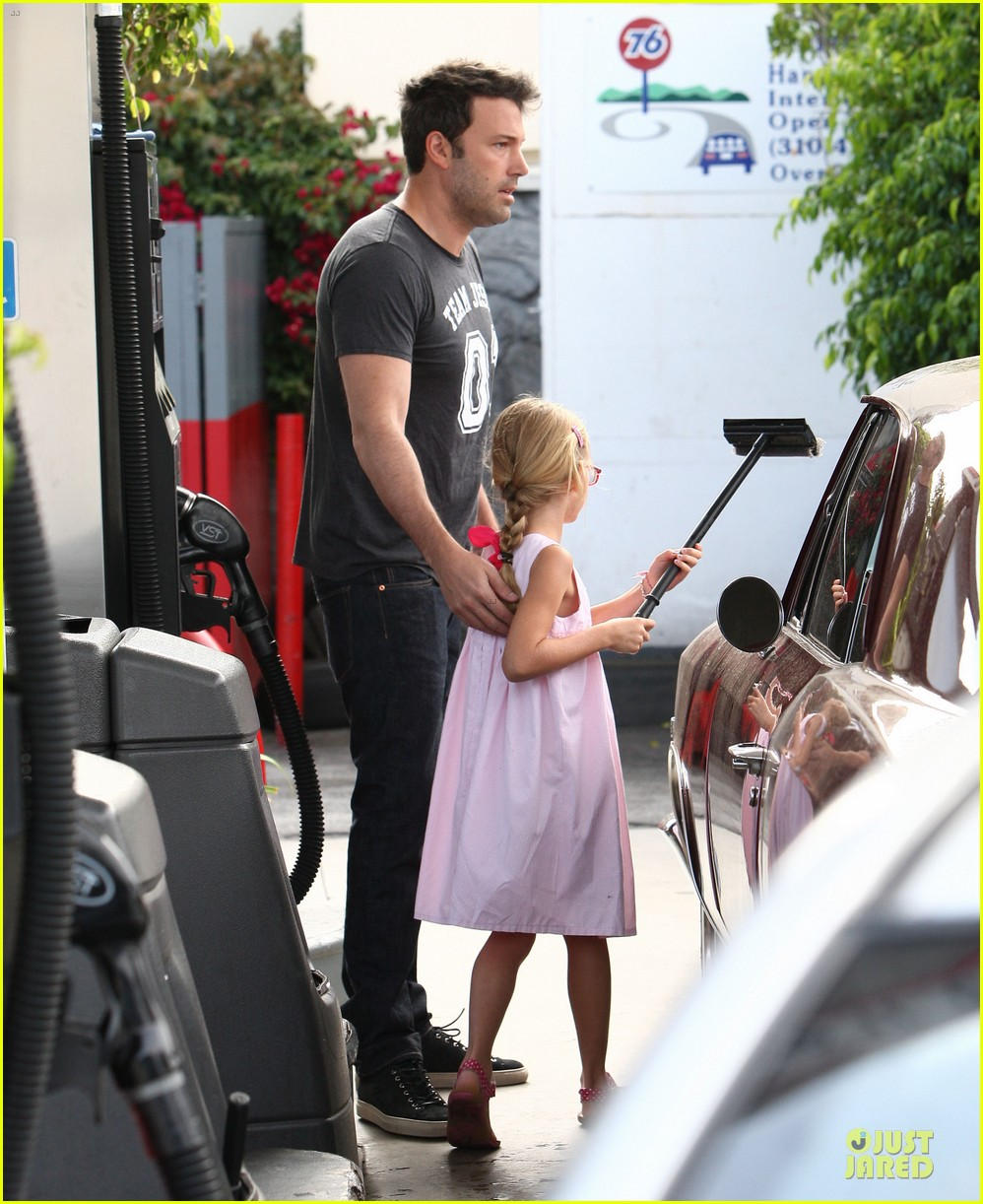 ben affleck violet work as one to clean car windshields 032915636