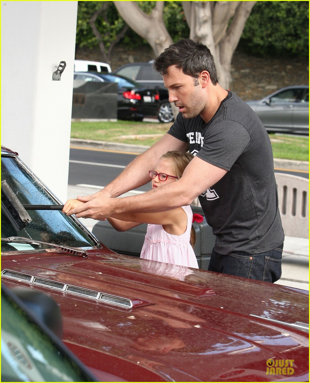 ben affleck violet work as one to clean car windshields 092915642