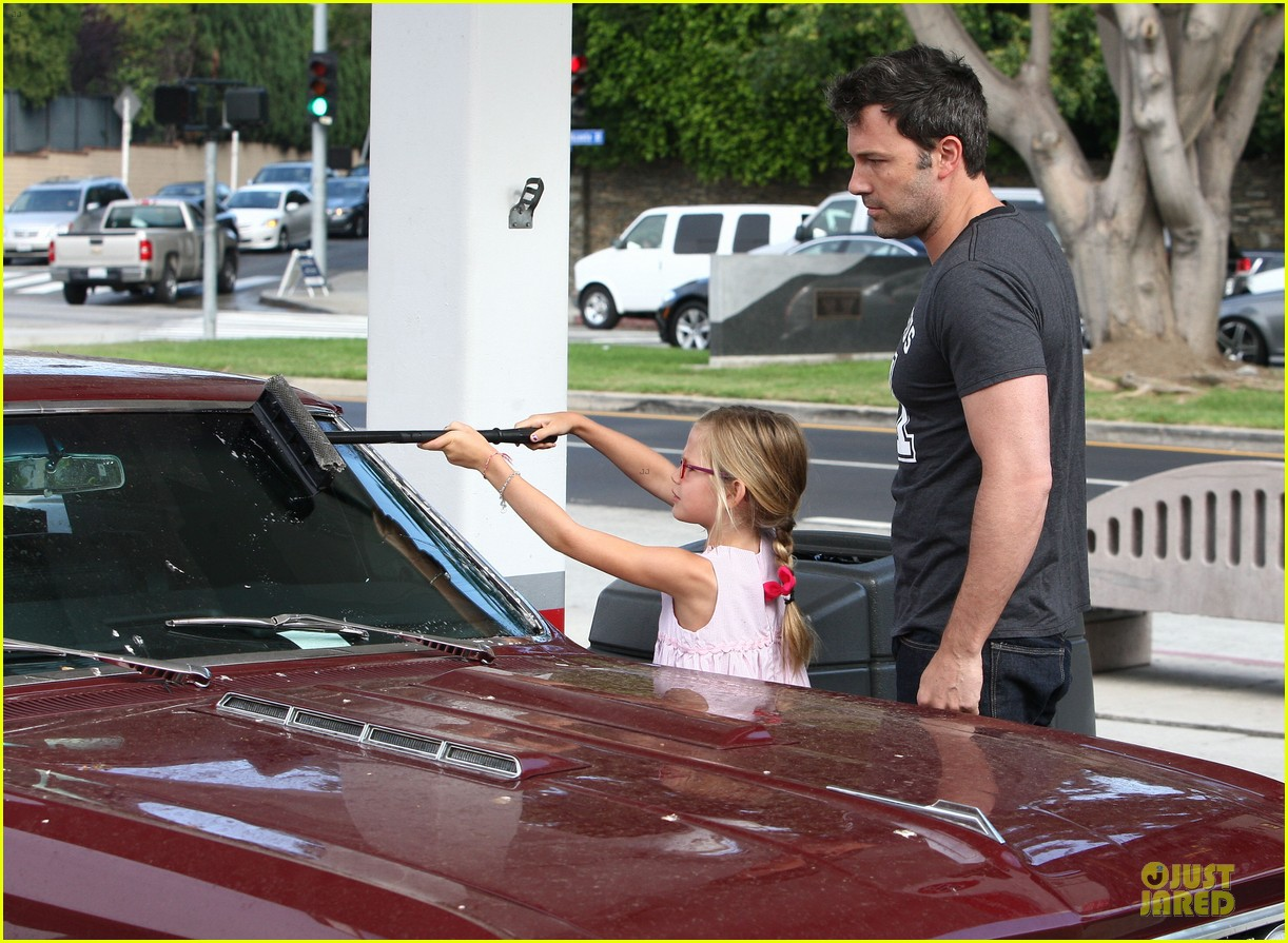 ben affleck violet work as one to clean car windshields 102915643
