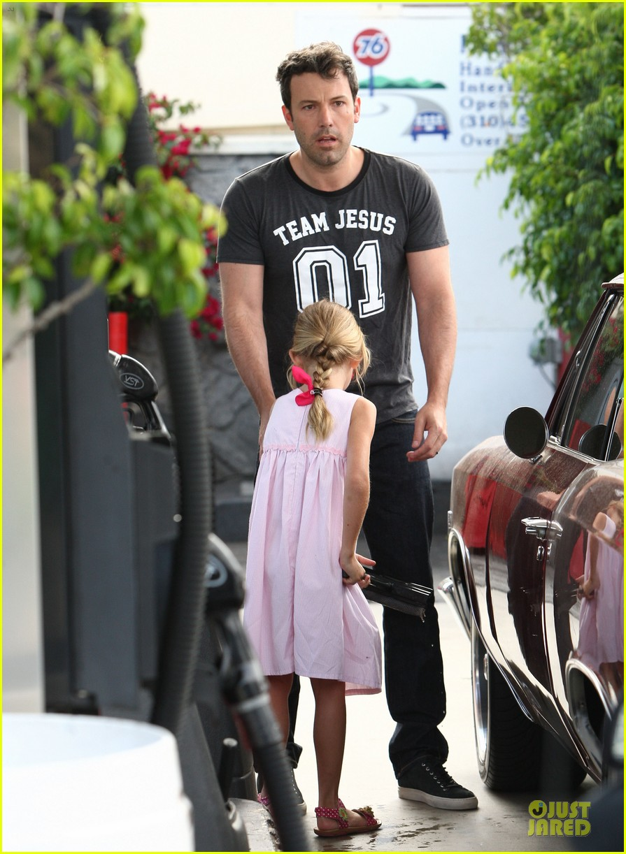 ben affleck violet work as one to clean car windshields 112915644