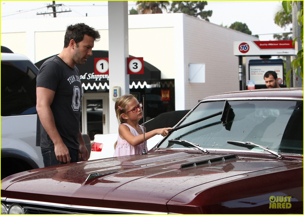 ben affleck violet work as one to clean car windshields 132915646
