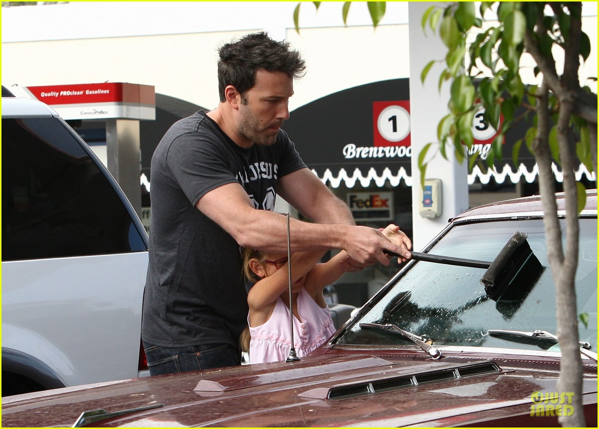 ben affleck violet work as one to clean car windshields 142915647